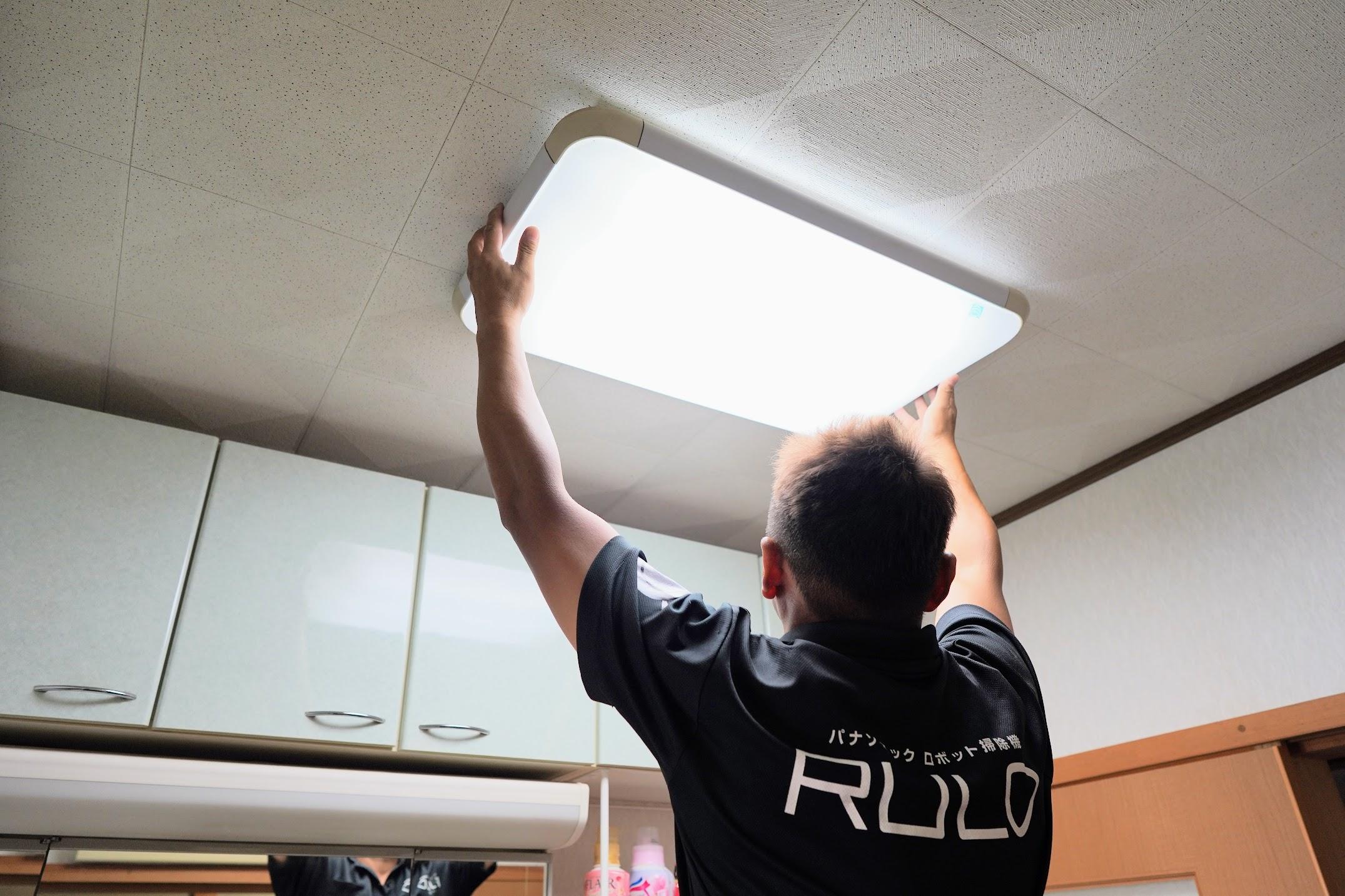 電気を取り替えるスタッフ
